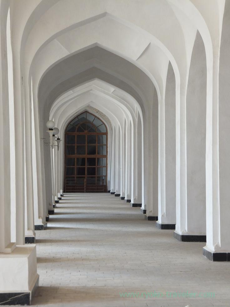 20110911_ブハラ・モスクの中は白い