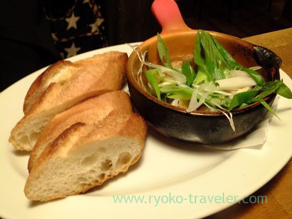 Kujo negi (green onion from Kujo) and shrimp ajillo, Hachijuro syoten (Funabashi)